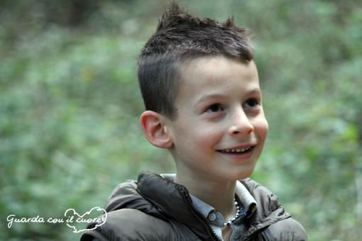 Tommaso sorride nel bosco