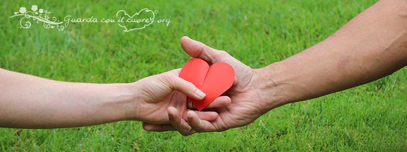 mani che si incontrano col cuore