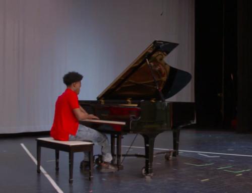 Adolescente con 4 dita compone al pianoforte