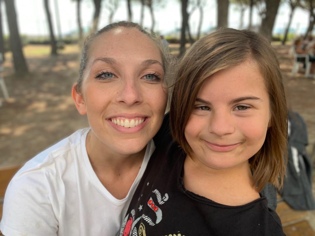 sorrisi tra volontari croce rossa e bambini con sindrome di Down