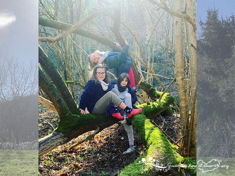 bambini nel bosco